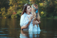 Embrassement de femmes de maîtresses image libre de droits