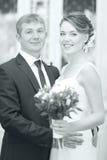 Embrassement de jeunes mariés de photo de mariage Photo libre de droits