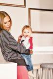 Embrassement de l'affection de bébé de mère image stock
