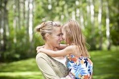 Embrassement de mère et de descendant Photo stock