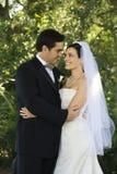 Embrassement de mariée et de marié. image stock