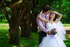 Embrassement de mariée et de marié Photo libre de droits