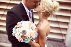 Embrassement de mariée et de marié Photos stock
