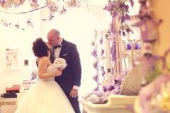 Embrassement de mariée et de marié Image stock