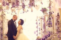 Embrassement de mariée et de marié Photographie stock