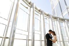 Embrassement de mariée et de marié Image libre de droits