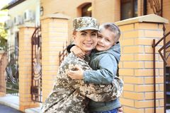 Embrassement de soldat et d'enfant de mère Photos stock