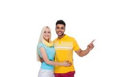 Embrassement de sourire de beau jeune amour heureux de couples, doigt hispanique de point de femme d'homme pour vider l'espace de Image stock