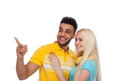 Embrassement de sourire de beau jeune amour heureux de couples, doigt hispanique de point de femme d'homme pour vider l'espace de Images stock