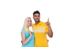 Embrassement de sourire de beau jeune amour heureux de couples, doigt hispanique de point de femme d'homme pour vider l'espace de Photos libres de droits