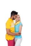 Embrassement de sourire de beau jeune amour heureux de couples, sourire hispanique de femme d'homme Photographie stock
