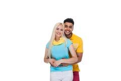 Embrassement de sourire de beau jeune amour heureux de couples, sourire hispanique de femme d'homme Photos stock