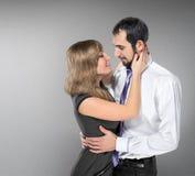 Embrassement des couples dans l'amour posant au studio Photos stock