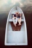 Embrassement des couples dans le bateau Photographie stock
