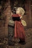 Embrassement des enfants Photographie stock