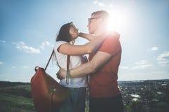 Embrassement des loisirs de dépense de couples hors de ville Photos stock