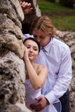 Embrassement des nouveaux mariés Photos libres de droits