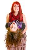 Embrassement drôle de deux jeunes amies désinvoltes Images stock