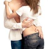 Embrassement et se déshabiller Photographie stock