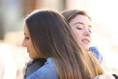 Embrassement fâché hypocrite d'amis Photo stock