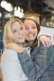 Embrassement femelle de deux amis Photographie stock libre de droits