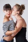 Embrassement femelle de deux jeune amis Photographie stock