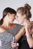 Embrassement femelle de deux jeune amis Image stock