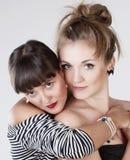 Embrassement femelle de deux jeune amis Images stock