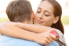 Embrassement gentil de couples Image libre de droits
