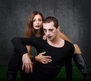 Embrassement gothique de couples Photographie stock libre de droits
