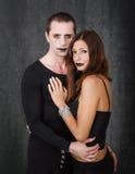 Embrassement gothique de couples Photos libres de droits