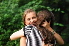 Embrassement heureux de filles Image libre de droits