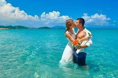 Embrassement heureux, homme et femme de couples dans l'amour se tenant sur l'être Images stock