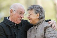Embrassement plus âgé de couples de plan rapproché Photo libre de droits
