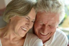 Embrassement plus âgé heureux de couples Photo libre de droits