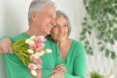 Embrassement plus âgé heureux de couples Photographie stock libre de droits