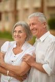 Embrassement plus âgé heureux de couples Image stock