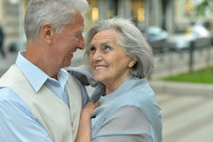 Embrassement plus âgé heureux de couples Photos stock