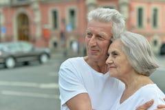 Embrassement plus âgé heureux de couples Images libres de droits