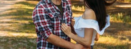 embrassez Amour et affection entre un jeune couple au parc un type dans un avion et jeans de plaid, une fille en bref et un cric  Image stock