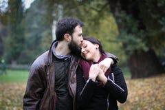 Embrassez-la sur le front photo stock