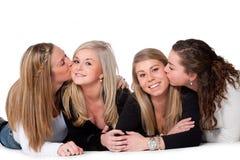 Embrassez les filles sur l'étage Photo stock