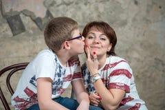 Embrassez ma mère sur la joue images stock