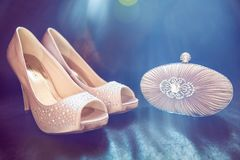 Embrayage et chaussures nuptiales de Diamond Encrusted Nude Colour Satin sur D photo stock