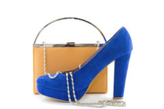 Embreagem alaranjada e saltos altos azuis Fotos de Stock Royalty Free