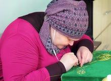 Embroideress op het werk Stock Fotografie