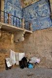 embroiderying snör åt den gammala ladyen Arkivbilder