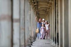 Embroma Angkor Wat que visita, Camboya Imagen de archivo libre de regalías