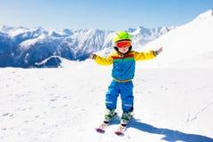 Embroma deporte de la nieve del invierno Esquí de los niños Esquí de la familia Imagen de archivo libre de regalías