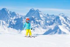 Embroma deporte de la nieve del invierno Esquí de los niños Esquí de la familia Imágenes de archivo libres de regalías